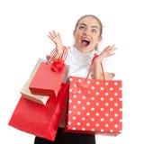 Schöne überraschte kaufende junge Frau Stockfotos