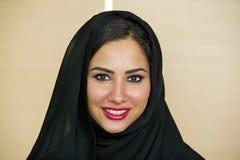 Schöne überzeugte arabische Frau lizenzfreies stockbild