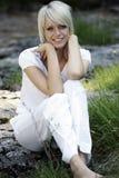 Schöne überzeugte junge blonde Frau Stockfoto