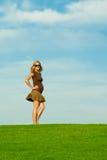 Schöne, überzeugte schwangere Mamma auf Gras-Hügel Stockbild