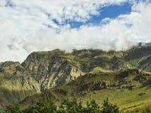 Schöne üppige grüne Berge stockfoto