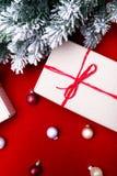 Schöne Abbildung Weihnachtsgeschenke in den Handwerkskästen und rotes Band auf rotem Hintergrund Flache Lage mit Kopienraum flach Lizenzfreies Stockbild