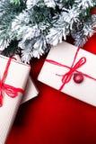 Schöne Abbildung Weihnachtsgeschenke in den Handwerkskästen und rotes Band auf rotem Hintergrund Flache Lage mit Kopienraum flach Stockfotos