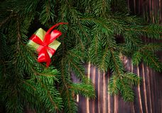 Schöne Abbildung Weihnachtsgeschenke mit rotem Band am dunklen Holztisch mit Weihnachtsbaum Kopieren Sie Platz Lizenzfreie Stockbilder