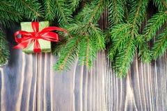 Schöne Abbildung Weihnachtsgeschenke mit rotem Band am dunklen Holztisch mit Weihnachtsbaum Kopieren Sie Platz Stockfotografie