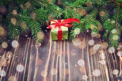 Schöne Abbildung Weihnachtsgeschenke mit rotem Band am dunklen Holztisch mit Weihnachtsbaum Kopieren Sie Platz Stockbild