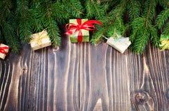 Schöne Abbildung Weihnachtsgeschenke mit rotem Band am dunklen Holztisch mit Weihnachtsbaum Kopieren Sie Platz Stockfoto
