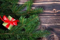 Schöne Abbildung Weihnachtsgeschenke mit rotem Band am dunklen Holztisch mit Weihnachtsbaum Kopieren Sie Platz Stockfotos