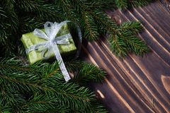 Schöne Abbildung Weihnachtsgeschenke mit silbernem Band am dunklen Holztisch mit Weihnachtsbaum Kopieren Sie Platz Lizenzfreies Stockfoto