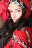 Schöne Abdeckung des jungen Mädchens mit rotem Schal Stockfoto