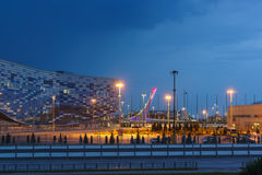 Schöne Abendbeleuchtung des Eis-Palastes des Sports stockfotos