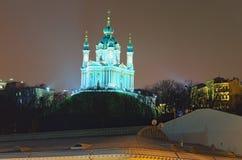 Schöne Abendbeleuchtung von St- Andrew` s Kirche eine der Hauptanziehungskräfte der Stadt Kyiv stockbilder