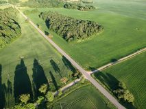 Schöne Abendlandschaft mit der Straße, Waldung und Feldern, von der Luft Lizenzfreies Stockbild