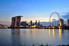 Schöne Abendskyline des Singapur-Geschäftsgebietbereichs, der Marina Bay Sands-Hotel und Singapur-Flieger kennzeichnet Stockfotos