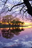 Schöne Abendsonnenunterganglandschaft auf See Stockbilder