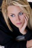 Schöne aber traurige junge blonde Frau mit blauen Augen Lizenzfreie Stockbilder