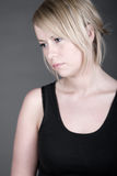 Schöne aber traurige schauende blonde Frau Stockbilder