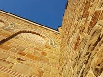 Schöne abstrakte Klosterwand in Veliko Tarnovo in Bulgarien lizenzfreie stockfotos