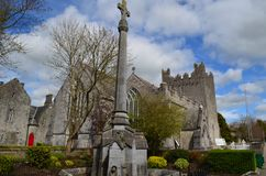 Schöne Abtei der Heiligen Dreifaltigkeit in Adare Irland Stockfotos