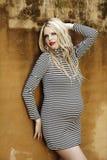 Schöne acht Monate schwangere blonde Frau Stockfoto