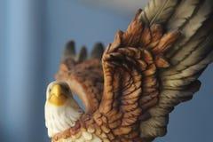 Schöne Adlerstatue auf einem blauen Hintergrund Lizenzfreies Stockfoto