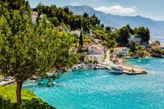 Schöne adriatische Bucht und das Dorf Stockfotografie