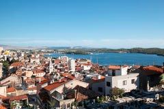 Schöne adriatische Bucht und das Dorf nahe spalteten sich, Kroatien auf Stockfoto