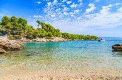 Schöne adriatische felsige Küstenlinie Stockbild