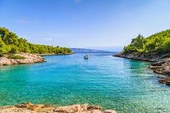 Schöne adriatische felsige Küstenlinie Stockfoto