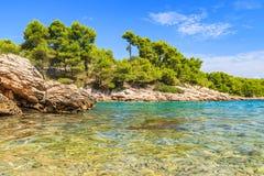 Schöne adriatische felsige Küstenlinie Lizenzfreie Stockbilder