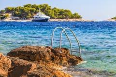 Schöne adriatische felsige Küstenlinie Lizenzfreie Stockfotos