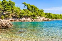 Schöne adriatische felsige Küstenlinie Lizenzfreies Stockfoto