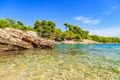 Schöne adriatische felsige Küstenlinie Stockfotos