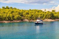 Schöne adriatische felsige Küstenlinie Lizenzfreies Stockbild