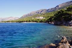Schöne adriatisches Seebucht mit Kiefern in Kroatien Lizenzfreies Stockbild