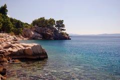 Schöne adriatisches Seebucht mit Kiefern in Kroatien Lizenzfreie Stockbilder