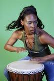 Schöne African-Americanfrau, die Trommeln spielt stockfotos