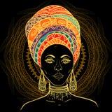 Schöne Afrikanerin im Turban über rundem Muster der aufwändigen Mandala Stockfotos