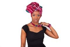 Schöne afrikanische Frau, die ein traditionelles Kopftuch trägt Lizenzfreie Stockbilder