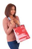 Schöne afrikanische Frau, die eine Kreditkarte und Einkaufstaschen hält Stockbilder