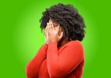 Schöne afrikanische Frau mit dem gelockten Haar lokalisiert über grünem Hintergrund lizenzfreie stockfotografie