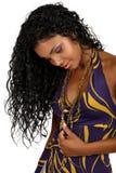 Schöne afrikanische Frau mit dem langen lockigen Haar. Lizenzfreies Stockbild