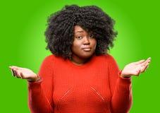 Schöne afrikanische Frau mit dem lockigen Haar lizenzfreie stockfotos