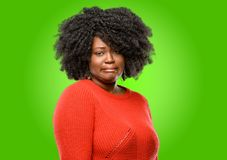 Schöne afrikanische Frau mit dem lockigen Haar stockfotos