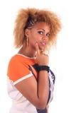 Schöne afrikanische Frau mit lang haircurly lizenzfreie stockfotografie