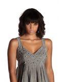 Schöne afro-amerikanische Dame, die den Zuschauer anstarrt Stockbilder