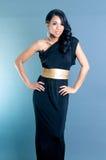 Schöne Afroamerikaner-Frauenhände auf Taille Lizenzfreie Stockfotografie