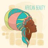 Schöne Afroamerikanerfrau auf ethnischem Hintergrund Lizenzfreies Stockfoto