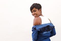 Schöne Afroamerikanerfrau, die über Schulter schaut Stockfotos