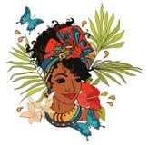 Schöne Afroamerikanerfrau mit Palmblättern, Schmetterlingen und tropischen Blumen stock abbildung